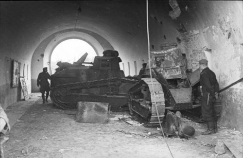 Bundesarchiv_Bild_101I-121-0007-242C_Polen2C_polnische_Panzer_Renault_FT-17.jpg