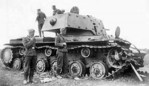 Rok 1941. Żołnierze wermachtu oglądają zniszczony radziecki czołg ciężki KV-1. O gąsienicę jest oparty pocisk 76mm do jego działa. Zdobyczne KV-1 w armii Rzeszy przemianowano na PzKpfw KV-1A 753 (r) i wymieniono im działa na niemieckie 7,5 cm KwK 40 L/43.