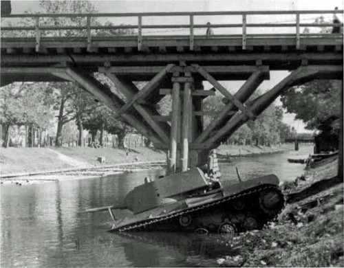 Radiecki czołg ciężki KV-1 sierżanta  N.Ya.Kulbitsky. Wieczorem w dniu 1 lipca 1941 w Słonimiu (Ukraina) sowieckie czołgi KV-1 i dwa T-34 zbliżyły się do mostu na rzece Schara. Dwa T-34 przejechały przez most, jednak KV-1 zarzuciło na bok a następnie silnik wysiadł w martwym punkcie podjazdu. Czołg stoczył się ze stromego nasypu do rzeki. Załoga wysiadła i ukryła się w okolicznej wiosce. Jeden z T-34 zawrócił, ale został zniszczony ogniem artylerii niemieckiej.
