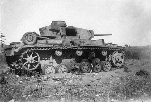 Zniszczony czołg PzKpfW III Ausf. J wyposażony w działo  KwK 39 L/60 należący do Afrika Korps Erwina Rommla. Gdzieś w Afryce północnej.